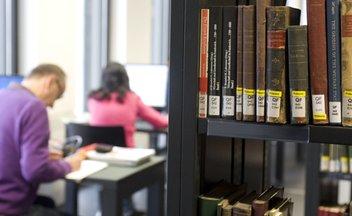 Blick in den Lesesaal einer Universitätsbibliothek